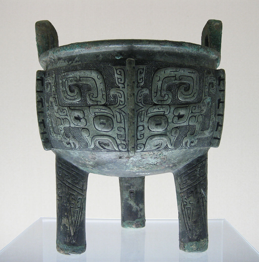 Un ancien bronze chinois Ding. Ursula Franklin décrit les méthodes normatives utilisées dans la production de ces vases rituels.